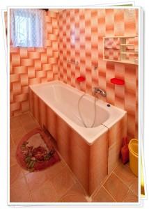 koupelna k broskvovemu pokoji